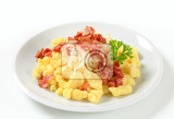 Photo small potato dumplings with bacon and white cabbage