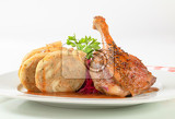 Photo dish of roast duck leg with bread dumplings and red cabbage