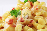 Photo small potato dumplings halushky with bacon and white cabbage