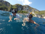 Photo young boy snorkeling with father in a tropical sea in nusa penida indonesia bali