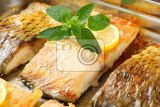 Fotografia oven baked carp fillets in baking pan