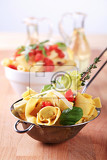 Fotografie cooked stuffed pasta in a metal sieve