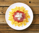 Fotografie bowtie pasta with thick tomato sauce and parmesan
