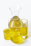 Fotografia olive oil in clear glass serving vessels