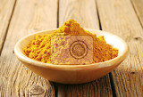 Fotografia heap of curry powder in a bowl
