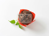 Fotografia double chocolate chip muffin wrapped in red paper