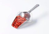 Fotografie scoop of dried goji berries