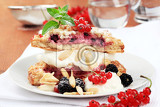 Fotografie berry fruit cake with sweet cream cheese