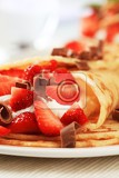Fotografie crepes filled with sweet cream cheese and strawberries