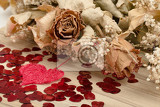 Fotografia detail of bouquet of dried roses with leaves and red heart valentine concept