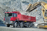 Fotografia dump truck and excavator in a quarry