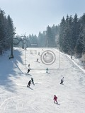 Photo ski resort winter season mountain slope with people sport skiing and snowboarding day time sunny weather