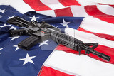 Fotografia submachine gun on an american flag with stars and stripes
