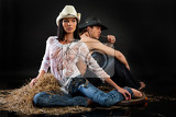 Fotografia young beautiful woman and man dressed in western style