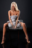 Photo young nude blonde woman sitting on bentwood chair