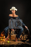 Fotografia young beautiful woman dressed in western style