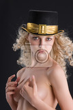 Fotografie young nude blonde woman in a hat with golden band