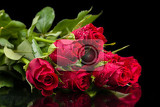 Fotografia detail of fresh red roses with water drops on back background
