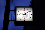 Photo street clock in the evening hours