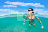 Photo sexy busty middle age pretty woman with bikini bathing suit swimm in red sea in egypt holiday vacation concept blue sky with white clouds and clear turquoise water woman is happy with smile