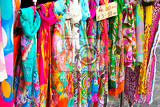 Fotografia colorful scarves at a market