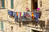 Fényképek weathered facades of residential houses in italian volterra with laundry drying on clothes lines