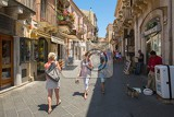Fotografie corso umberto  street in taormina sicily italy many people in summer evening on corso  street in taormina sicily on july 2 2015 sicily