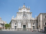 Fényképek catania sicily italy  jul 25  2016 catania town main square center with the cathedral of santa agatha and a sightseeingbus in sicily italy