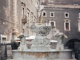 Fotografia detail of the amenano fountain in catania sicily italy it represents the amenano river as a young man holding a cornucopia from which flows out of the water that is poured into a tank