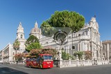 Fotografia catania italy  jul 25  2012 catania town main square center with the cathedral of santa agatha and a sightseeingbus in sicily italy