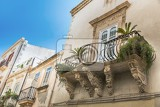 Fotografia balcony with baroque decorations in a house of syracuse sicily
