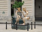 sculpture seated people on the square in havana statue by sculptor etienne has the name la conversación