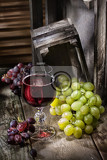 Photo grape and glass of wine on an old wooden desk