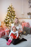 Photo family with her daughter at christmas tree