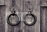 Fotografie ancient wooden gate with two door knocker rings
