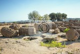 Fotografie ruins near the temple of castor and pollux which are a symbol of agrigento valley of the temples sicily