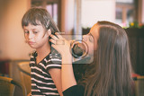 Fotografia two young girls while combing hair
