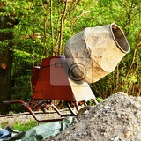 Photo concrete mixer at sunset natural green background