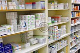 Fotografia medical pills and supplements on pharmacy stand