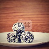 Photo christmas sweets on a plate  rum balls in coconut traditional homemade handmade czech sweets