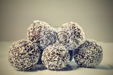 Photo homemade coconut rum balls on plate christmas sweets traditional homemade handmade czech sweets
