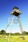 Fotografia watchtower and line of defense old state border of the iron curtain  barbed fence memorial military area  satov czech republic