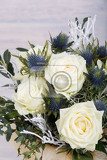 Fotografia bouquet of fresh white yellow roses on retro vintage white background