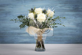 Fotografia bouquet of fresh white yellow roses on retro vintage blue background